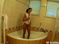 Free Sex Great Body On A Sexy Teen Chick Playing In The Bathtub